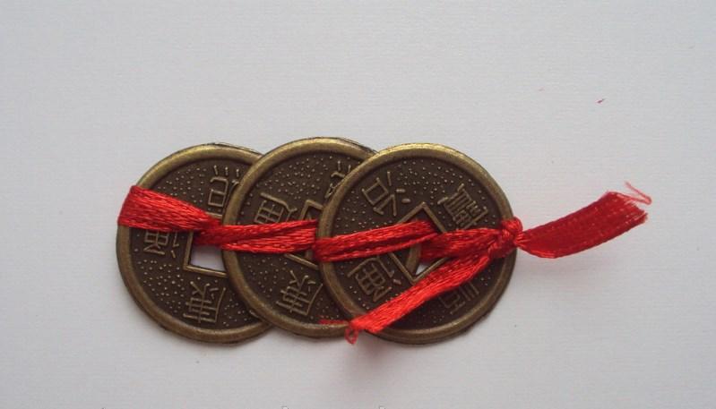монета красная нить